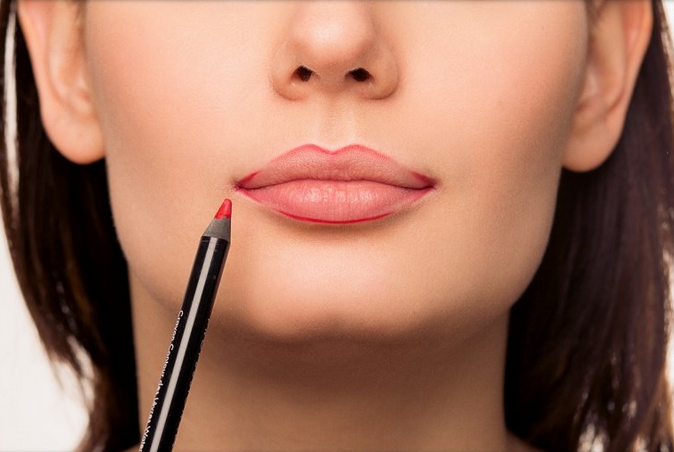 Для чего нужно обводить губы карандашом?