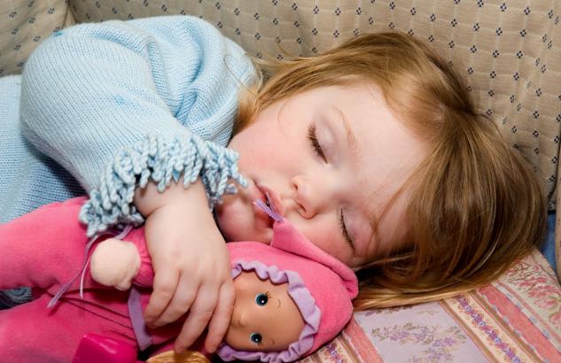 Ребенок спит с родителями: приучаем спать одного
