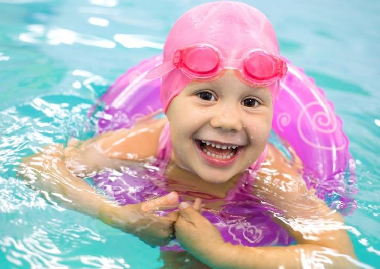 Как правильно научить ребенка плавать