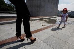 женщина на каблуках с ребенком